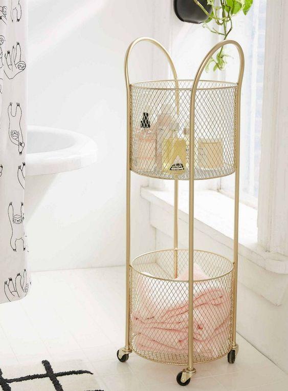 un raffinato carrello rotante in rete d'oro è una bella idea per un bagno romantico o semplicemente da ragazza