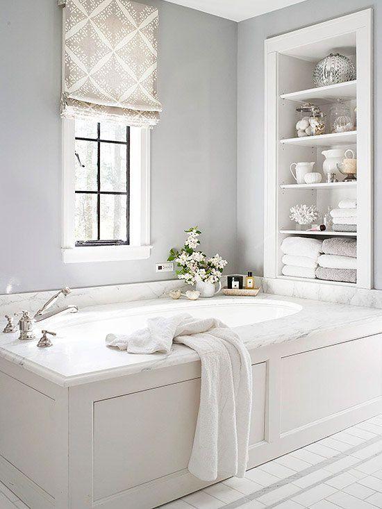 i ripiani incorporati sopra la vasca sono una buona soluzione per riporre molte cose senza sprecare spazio sul pavimento