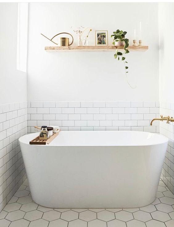 un bagno neutro contemporaneo con una mensola galleggiante aperta sopra la vasca per riporre e visualizzare un po 'di arredamento