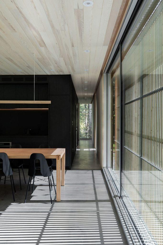 Molti spazi sono vetrati ma ci sono persiane in cedro per mantenere la privacy e sfuggire al sole eccessivo