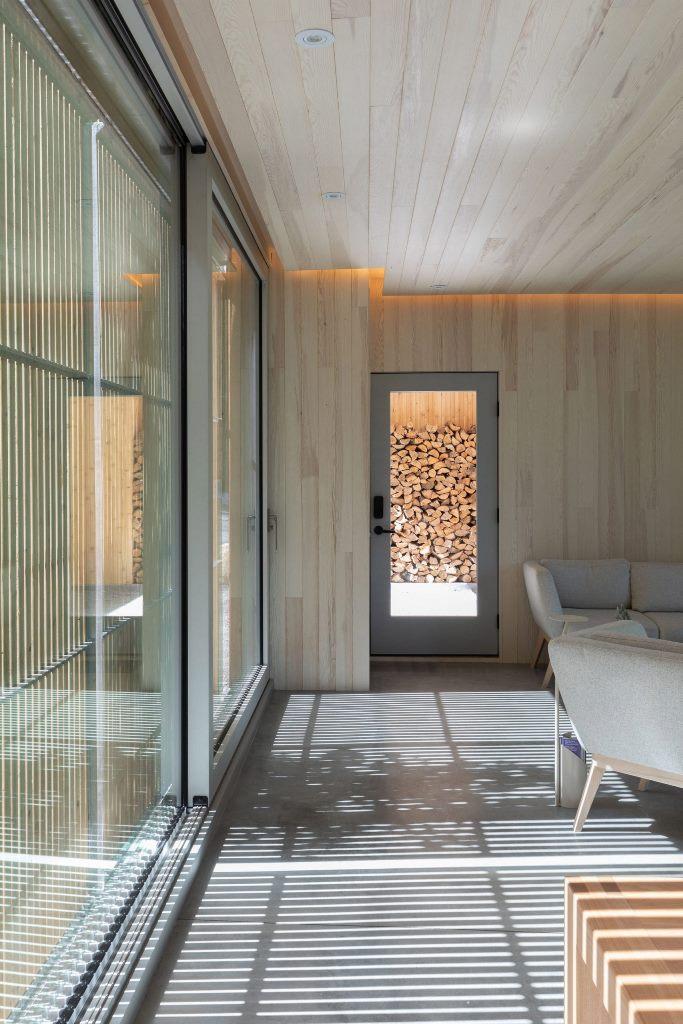 Quasi tutta la casa è costruita in legno, all'interno e all'esterno, per renderla tutto naturale e fondersi con il paesaggio