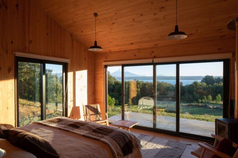 Gli interni sono rivestiti in legno, c'è molta luce naturale in entrata e l'arredamento semplice ti consente di concentrarti sui panorami