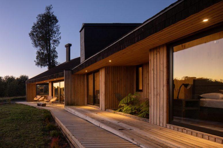 Le camere da letto sono disposte in linea e si estendono all'esterno tramite un ponte di legno semicoperto