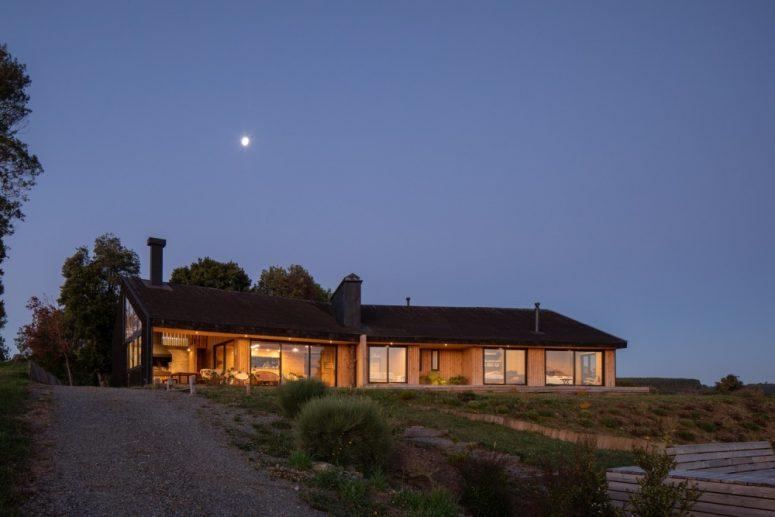La casa è orientata a sud e gode di una perfetta vista lago