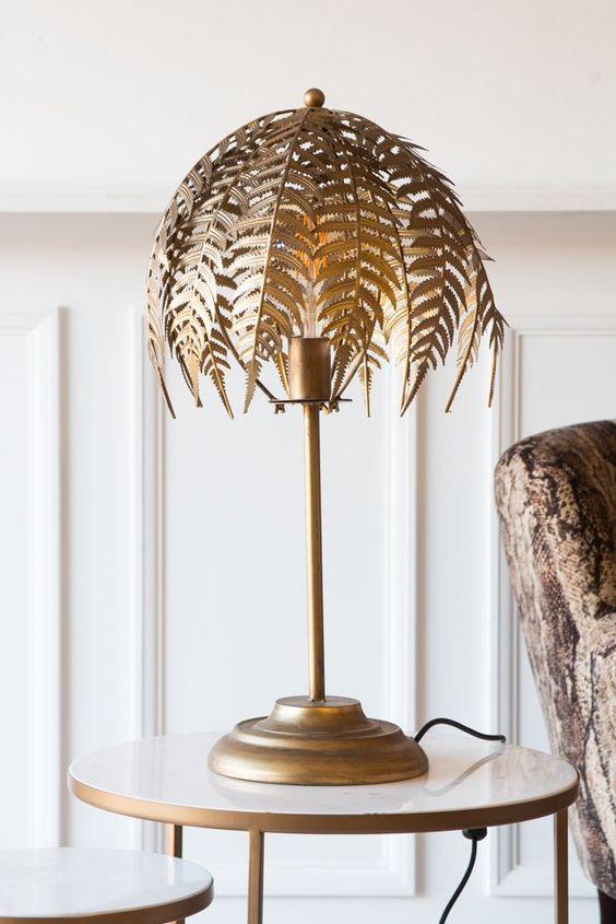 una lampada da tavolo foglia di felce oro porterà un tocco raffinato allo spazio e lo renderà molto sofisticato