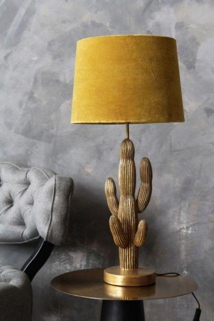 una splendida lampada da tavolo cactus in oro con un paralume in velluto senape è una soluzione audace e sofisticata per uno spazio moderno