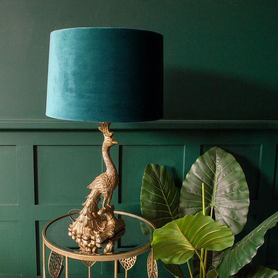 un sofisticato paralume in oro pavone e velluto verde acqua per uno spazio raffinato e un tocco meraviglioso