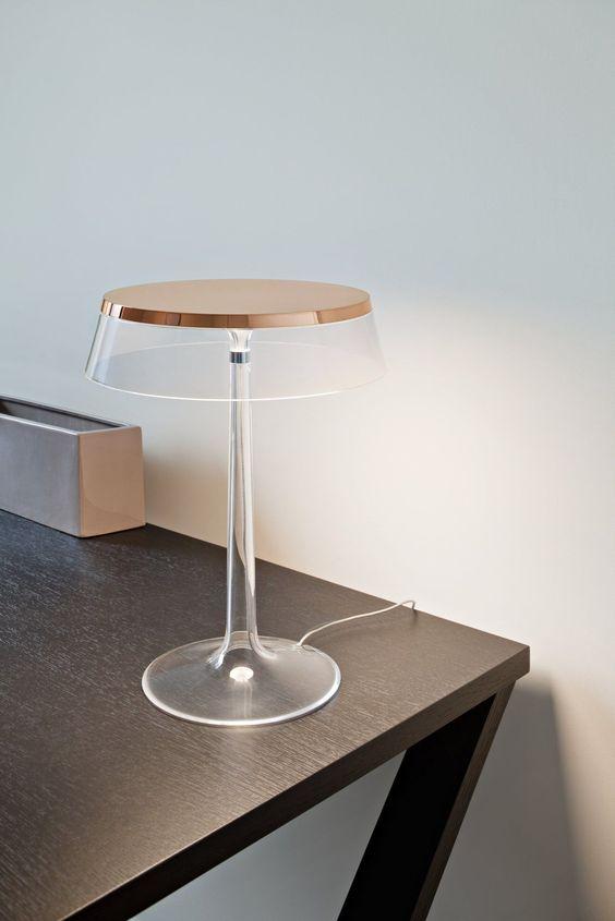 una lampada da tavolo trasparente e rame super elegante e ultra minimalista con un paralume piatto è molto elegante e audace