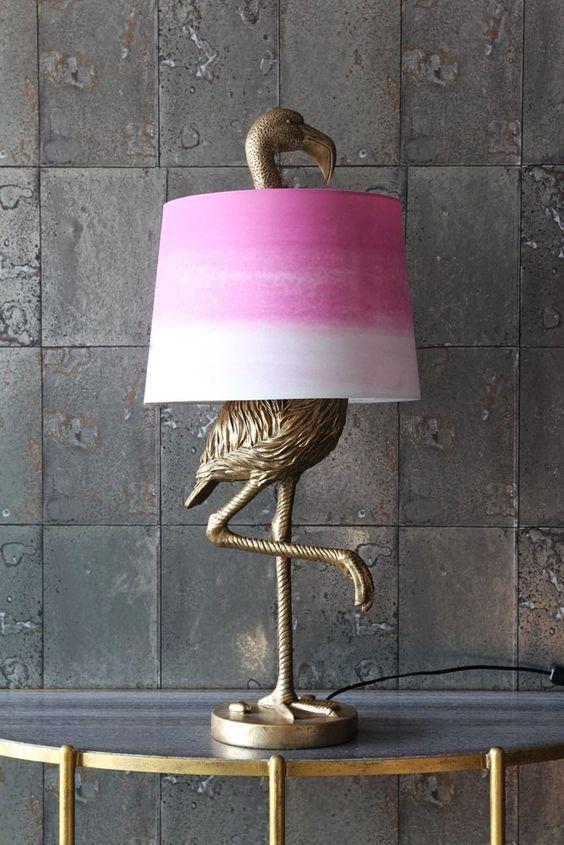 un'antica lampada da tavolo fenicottero bronzo con un paralume rosa tie-dye per un tocco di colore allo spazio