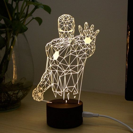 una lampada da tavolo a LED Iron Man è una soluzione audace per chi ama i supereroi e questo tema in generale