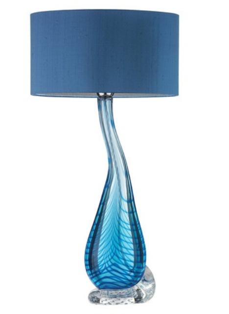 una lampada da tavolo blu con un'esclusiva base in vetro ombre e un paralume blu scuro è un'idea elegante con molto colore