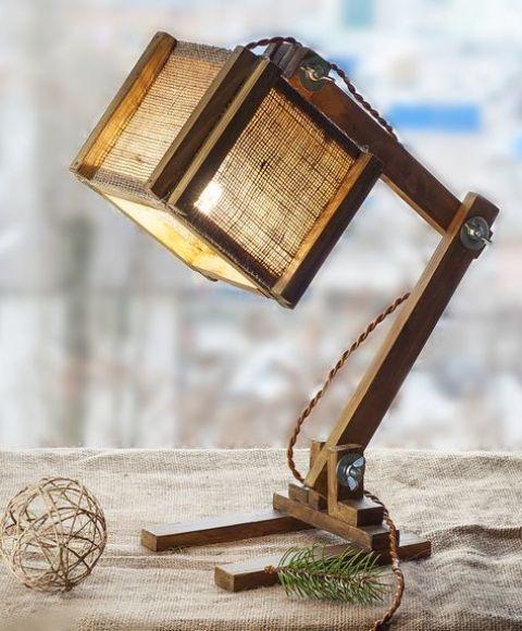 una lampada da tavolo industriale in legno e tela con un paralume cubico è una soluzione fresca e non tradizionale