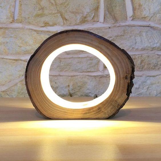 una lampada da tavolo LED ultra moderna a forma di fetta di legno porterà un tocco di natura al tuo spazio