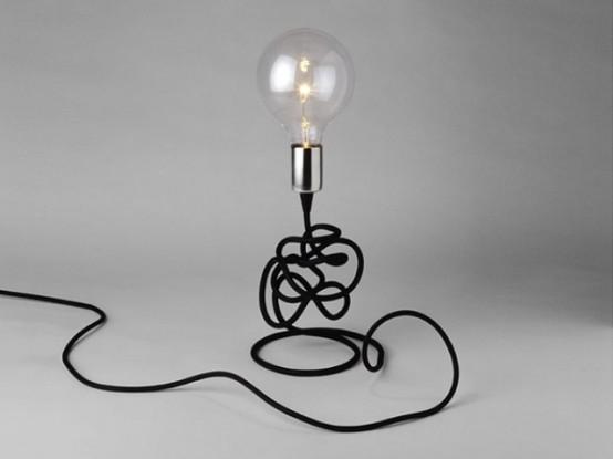 un'elegante lampada da tavolo a lampadina moderna con cavo nero è un'idea interessante per uno spazio contemporaneo
