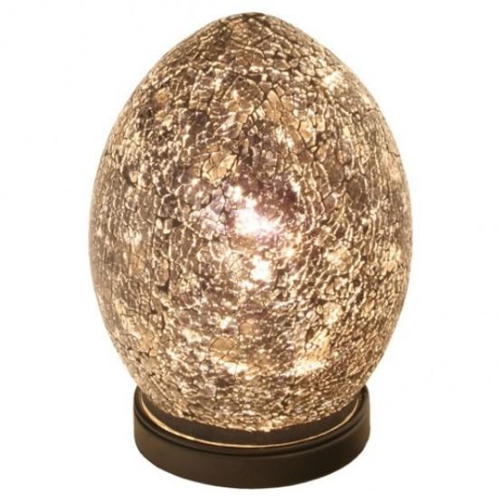 una lampada da tavolo unica a forma di uovo ricorda le uova di drago del famoso GOTH