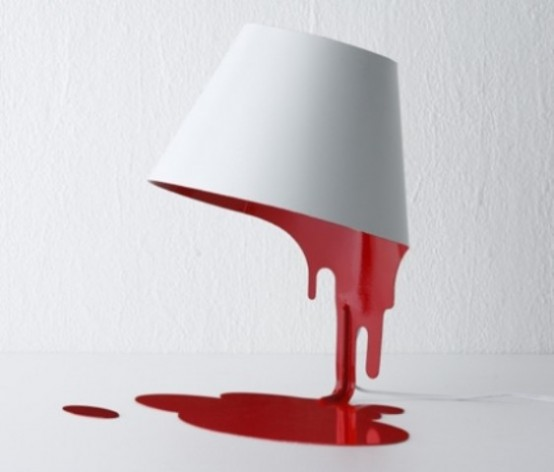 una lampada da tavolo unica che mostra una ciotola bianca con qualcosa di rosso che gocciola è incredibile per dare una sensazione stravagante allo spazio