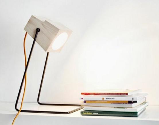 un mini faretto come lampada da tavolo è un'idea interessante per portare luce nel tuo spazio dandogli un leggero tocco industriale