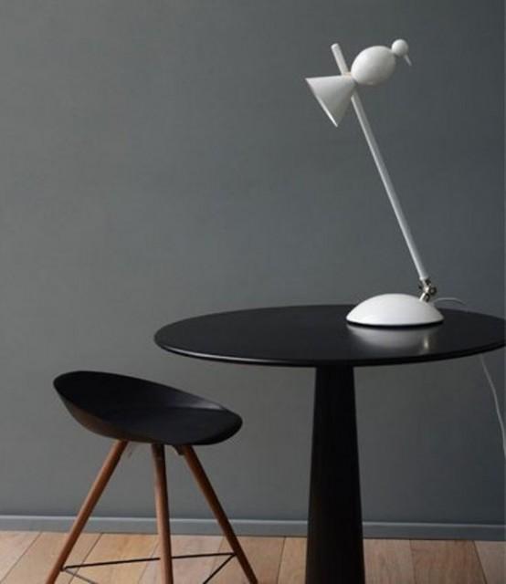 una divertente lampada da tavolo bianca a forma di mini uccellino è un'idea elegante e stravagante adatta per uno spazio contemporaneo o minimalista