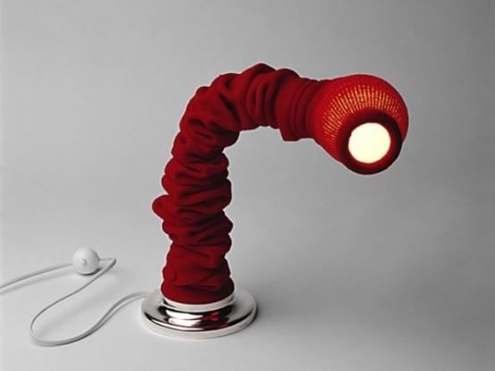 una lampada da tavolo rivestita di tessuto nero può essere mobile e attiva, aggiungerà colore e interesse allo spazio