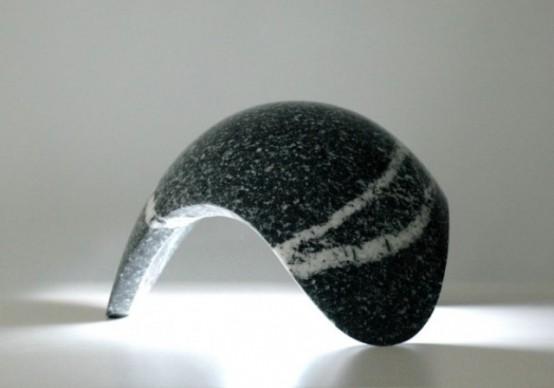 una lampada da tavolo in pietra nera curva a forma di goccia è un'idea di arredamento fresca con molta consistenza