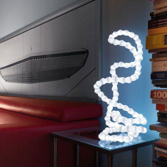 un'esclusiva lampada da tavolo curva ispirata al DNA porterà molta luce e interesse al tuo spazio