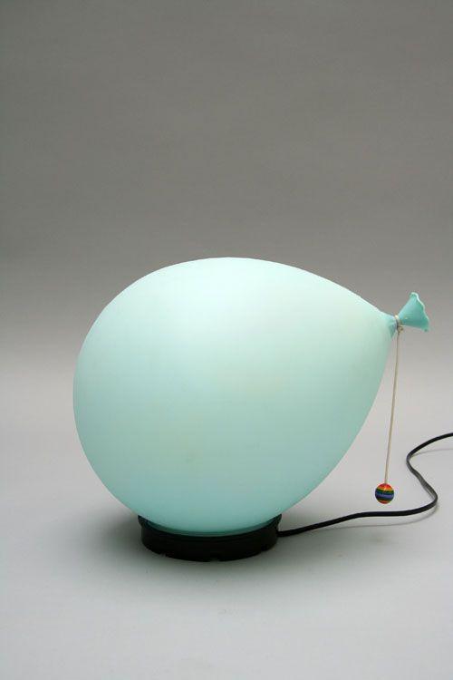 una lampada da tavolo turchese a forma di palloncino per un tocco di colore e divertimento nel tuo spazio
