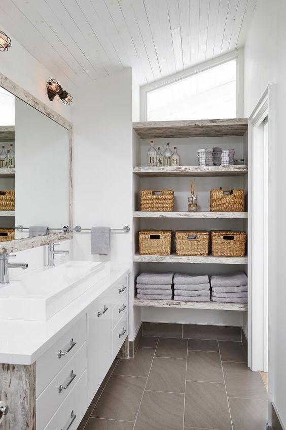 un bagno shabby chic neutro con ripiani aperti shabby chic su un lato che danno un sacco di spazio di stoccaggio