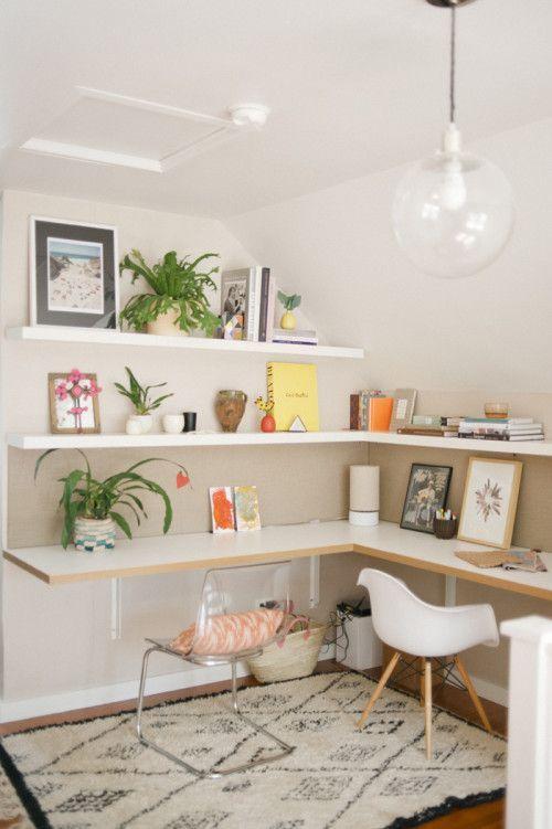 un luminoso ufficio a casa contemporaneo condiviso con una scrivania ad angolo e scaffali abbinati, accessori luminosi e sedie non corrispondenti