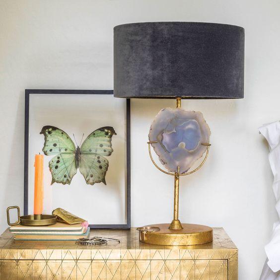 una fantastica lampada da tavolo in agata con base dorata, un grande inserto in agata e un paralume in velluto lavanda per un effetto wow