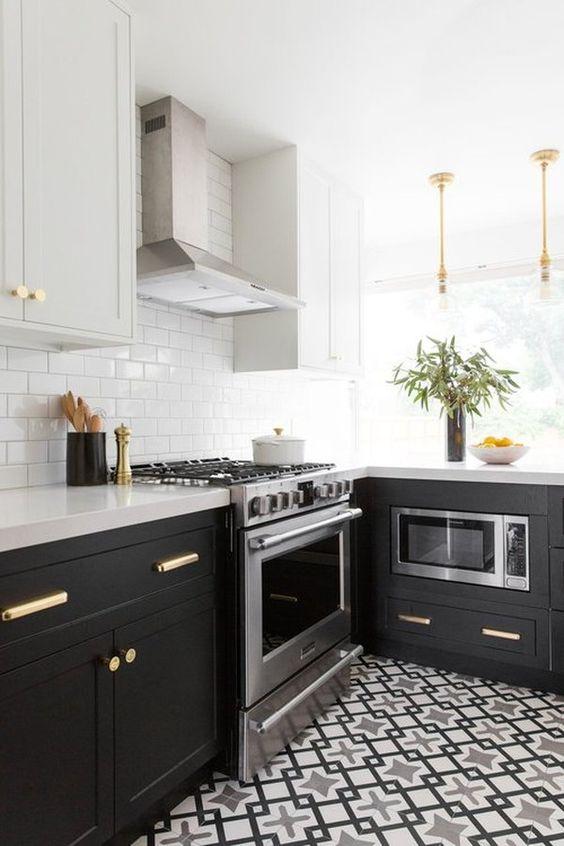 una cucina ad angolo nera e grigia con un pavimento in piastrelle stampate, un paraschizzi in piastrelle bianche della metropolitana e controsoffitti in pietra bianca