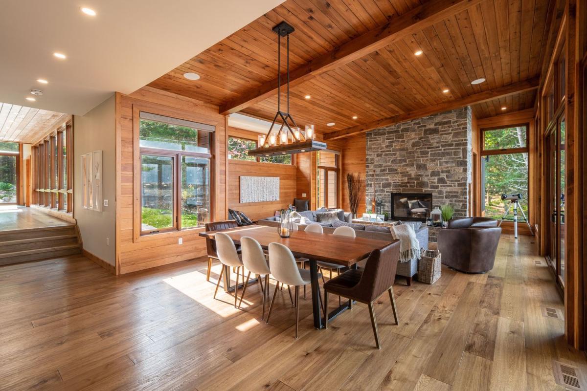 L'interno è realizzato con materiali naturali come il legno e la pietra e anche la tavolozza dei colori è naturale e rilassante