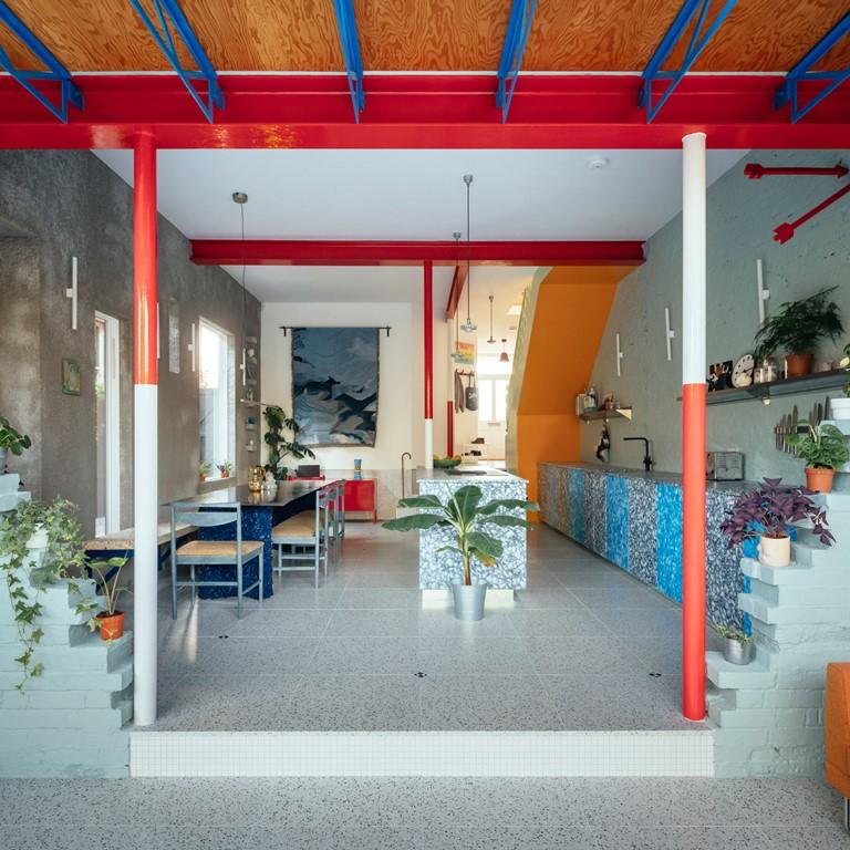 All'interno, la casa si riempie di colori, fantasie e riferimenti giocosi