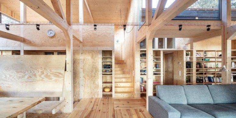 Il legno è ampiamente utilizzato in tutto lo spazio, ci sono pilastri in legno e le pareti ei pavimenti sono in legno