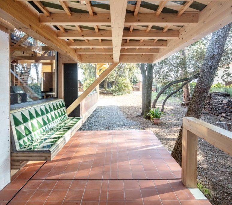 C'è uno spazio esterno con una panchina incorporata, è uno spazio ideale sotto il tetto