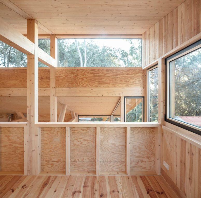 Molte finestre e lucernari riempiono gli interni di luce naturale