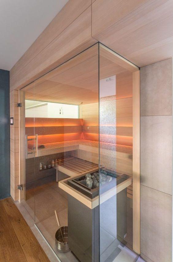 una piccola sauna accogliente rivestita di legno, con un lungo lucernario e luci incorporate è molto rilassante e naturale