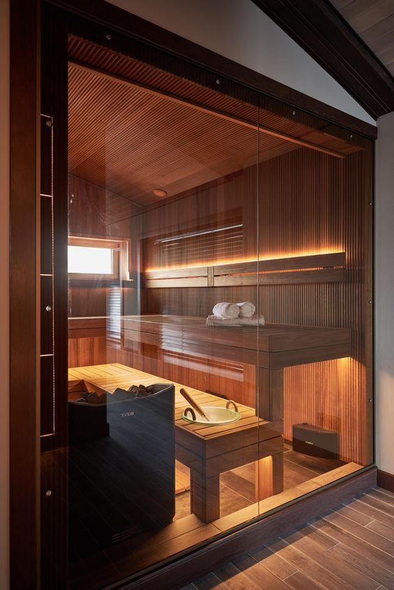 una piccola ma splendida sauna fatta con due panche, rivestita di legno e luci incorporate