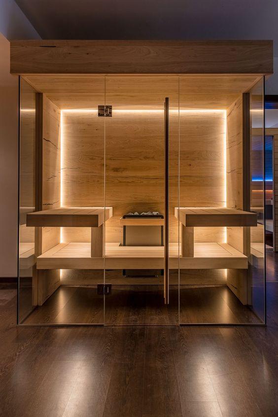 un'elegante e moderna sauna rivestita in legno con luci e panche incorporate è molto invitante e fresca
