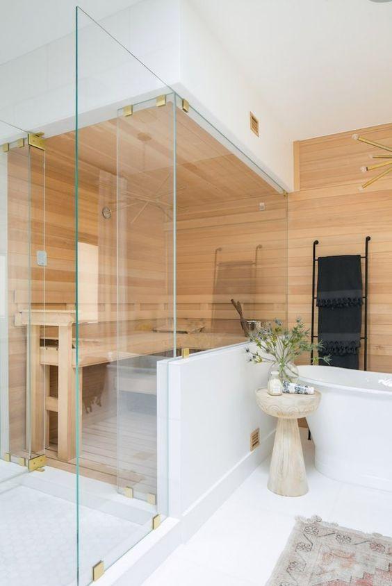 un minuscolo bagno turco rivestito in legno e con una grande panca è molto accogliente e rilassante
