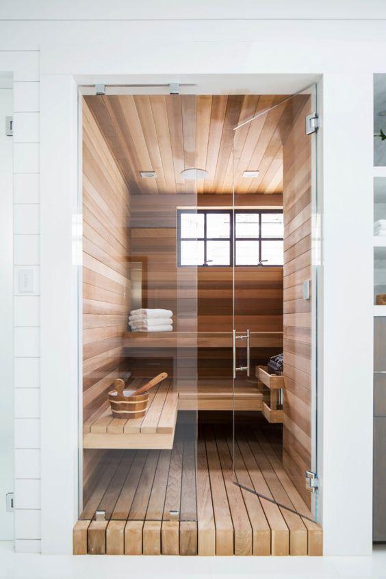 un piccolo bagno turco con finestre, un paio di panchine e alcuni accessori aggiuntivi è chic