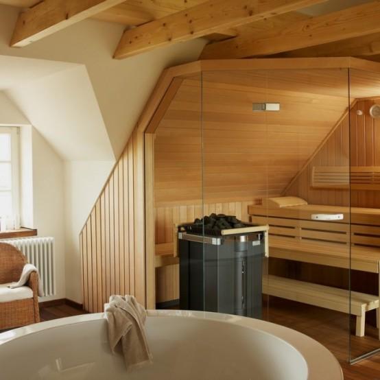 un minuscolo bagno turco rivestito di legno, con panche in legno e luci incorporate più pareti di vetro