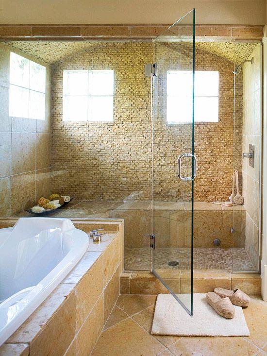 un luminoso bagno turco rivestito di pietra e piastrelle in tinta, con una grande panca e alcune ciotole con pouf doccia e schiume