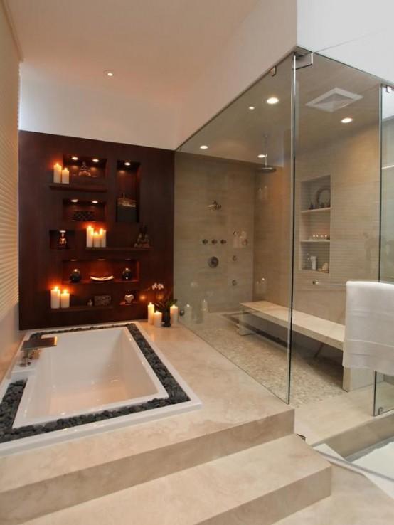 un grande bagno turco neutro con varie piastrelle neutre sul pavimento e sulle pareti, scaffali incorporati e una panca più luci incorporate e pareti di vetro