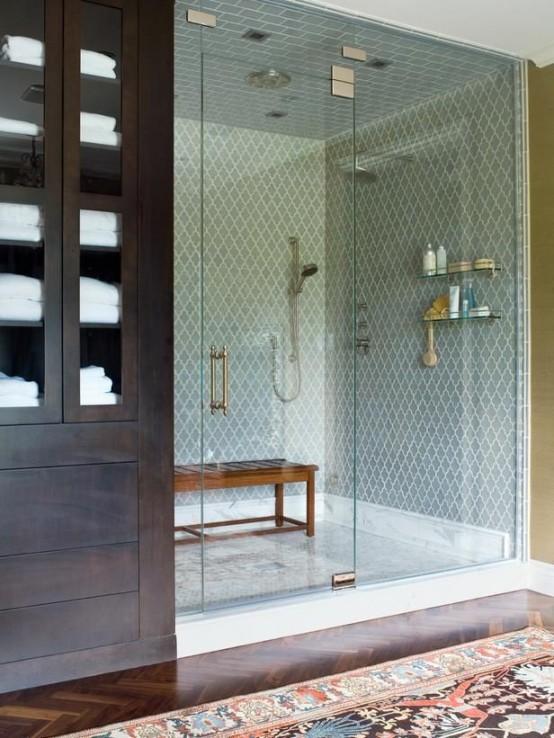 un piccolo ma elegante bagno turco rivestito di piastrelle blu, con una panca in legno e tutto il necessario