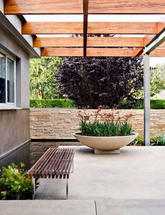 una fioriera in cemento bianco di grandi dimensioni è uno splendido vaso moderno che puoi cullare nel tuo spazio esterno