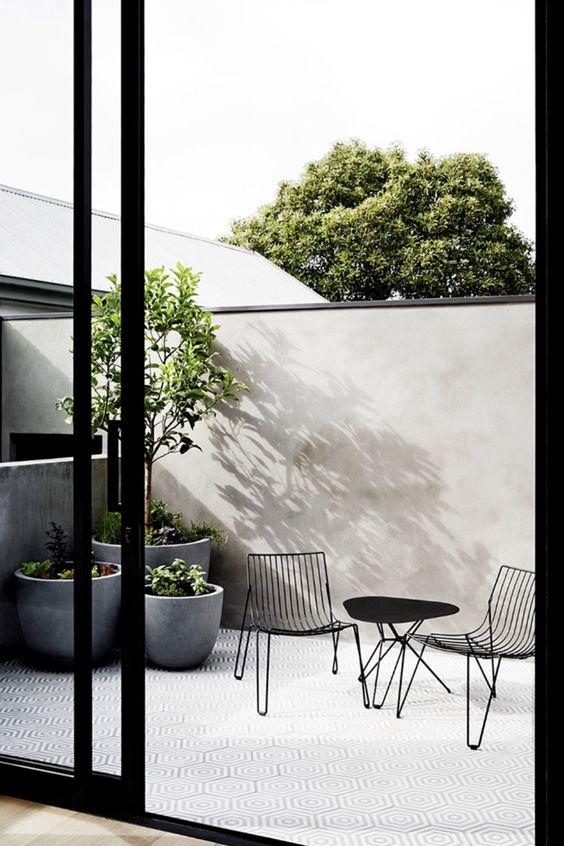 le fioriere a coppa in cemento grigio sono molto chic e molto moderne, si adatteranno a molti spazi esterni