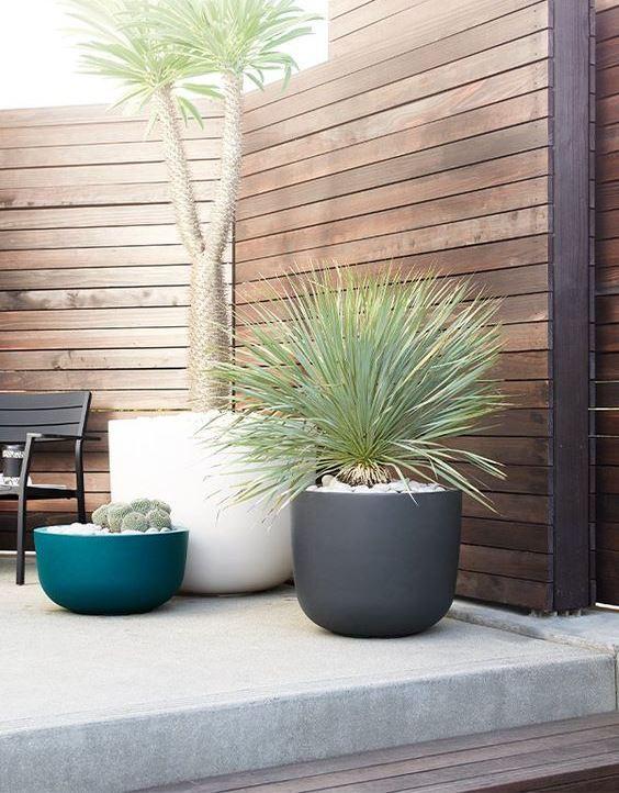 fioriere bianche, grigie e blu simili a scodelle di diverse altezze renderanno il tuo spazio esterno più fresco