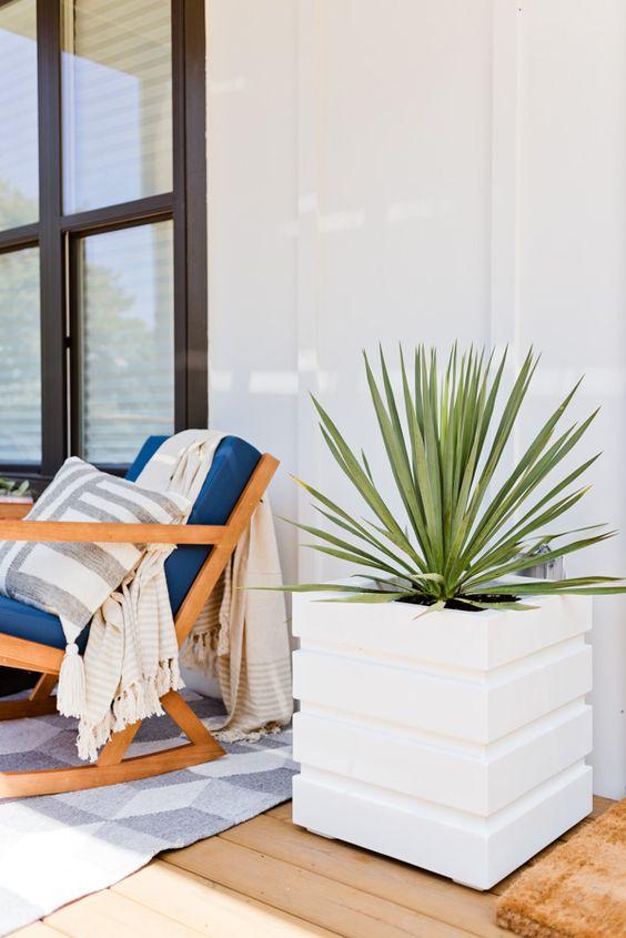 le fantastiche fioriere quadrate moderne con motivi a strisce sono belle per qualsiasi spazio moderno, contemporaneo o minimalista