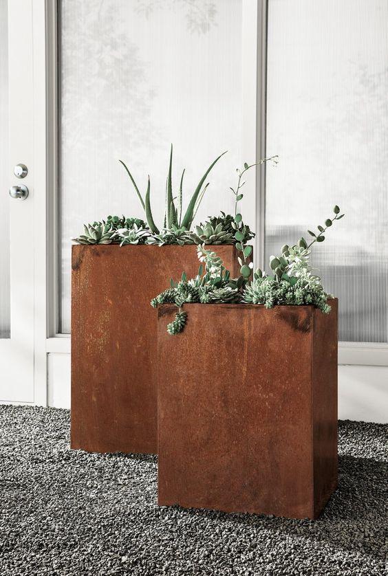 le moderne fioriere alte in metallo arrugginito daranno una consistenza e un colore fresco allo spazio e se pianti del verde, si distingueranno