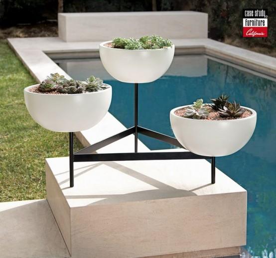 tre fioriere bianche su un supporto metteranno in risalto qualsiasi spazio esterno e lo faranno sembrare bello